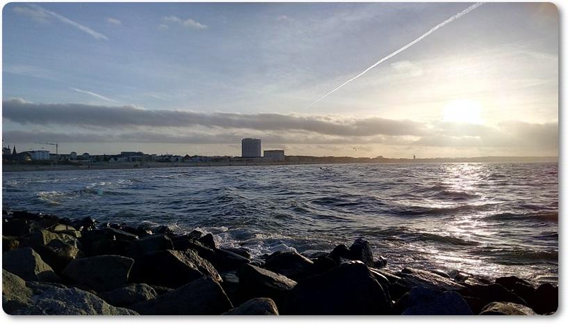 Sonne und leichte Wellen